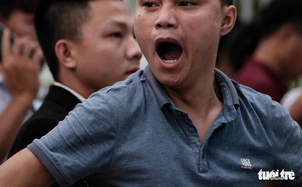 Ngáp vặt, chống cằm... vật vờ vỉa hè để xin visa đi Hàn - Ảnh 6.