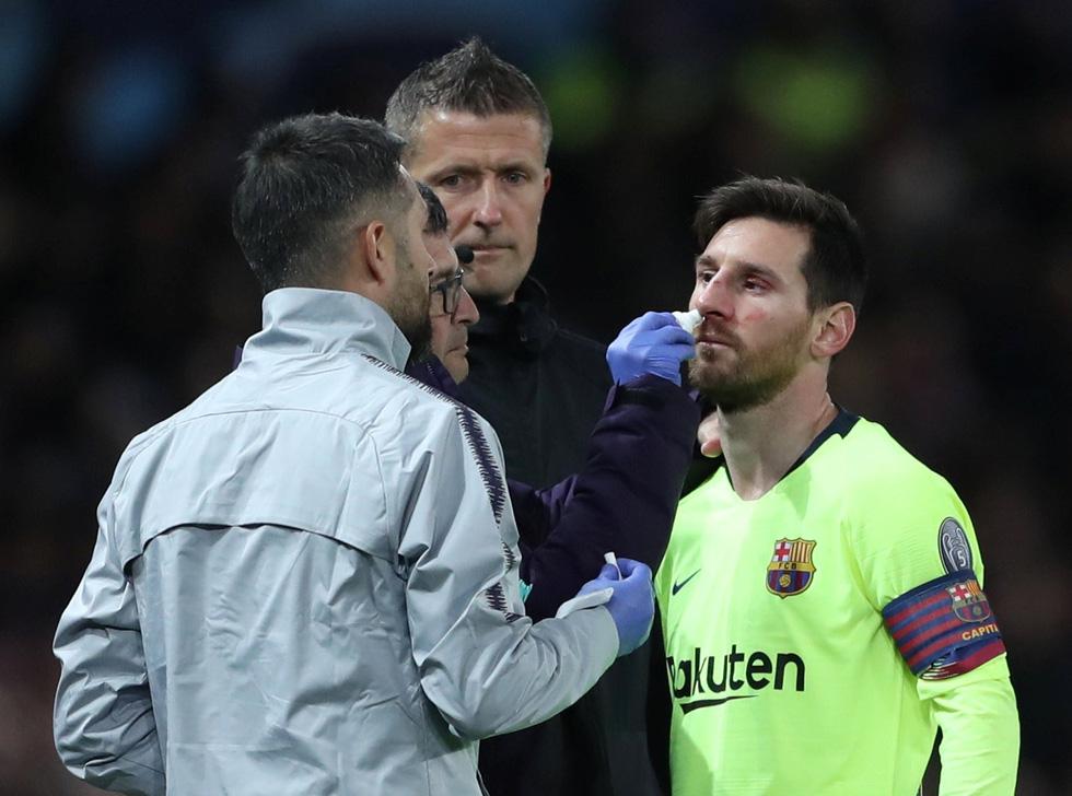Messi đổ máu trong chiến thắng của Barca trước M.U - Ảnh 4.