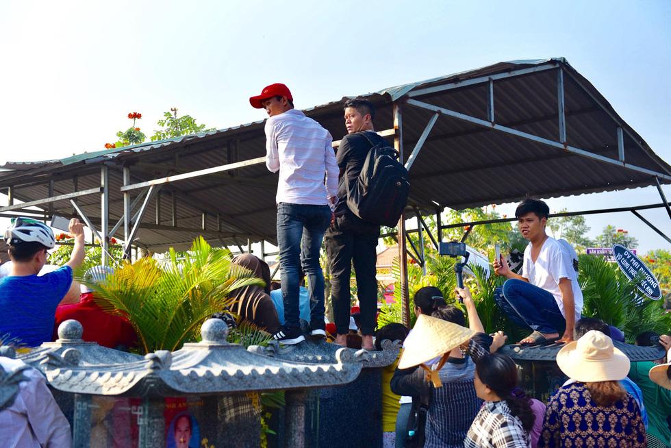 Chen lấn, livestream náo loạn tại lễ an táng nghệ sĩ Anh Vũ - Ảnh 8.