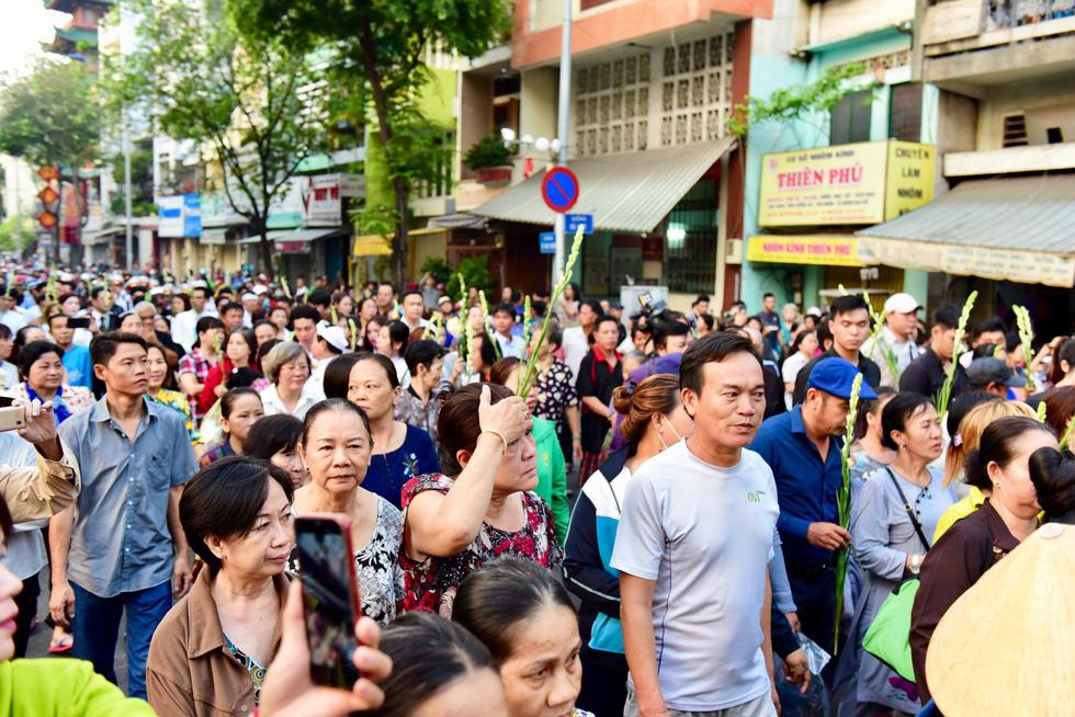 Hàng ngàn người tiễn đưa nghệ sĩ Anh Vũ - Ảnh 2.