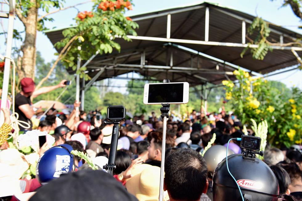 Chen lấn, livestream náo loạn tại lễ an táng nghệ sĩ Anh Vũ - Ảnh 2.