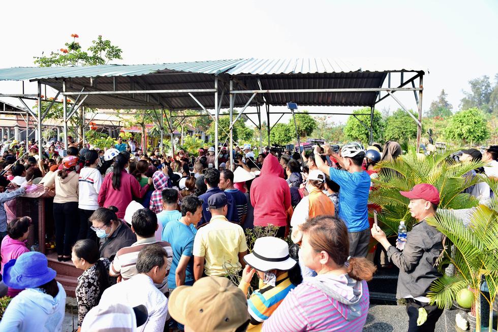 Chen lấn, livestream náo loạn tại lễ an táng nghệ sĩ Anh Vũ - Ảnh 3.