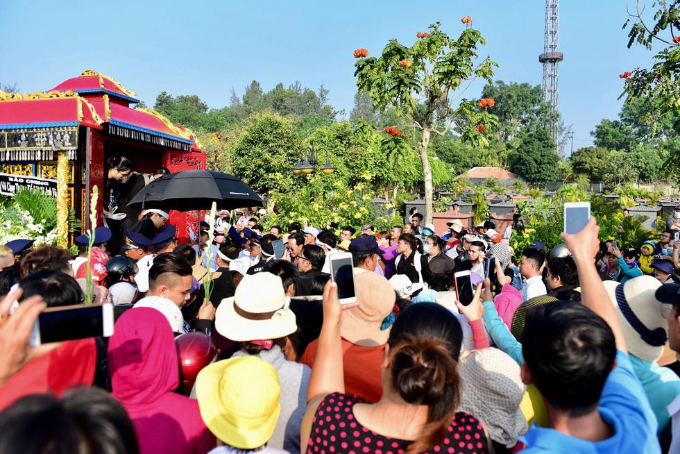 Chen lấn, livestream náo loạn tại lễ an táng nghệ sĩ Anh Vũ - Ảnh 7.