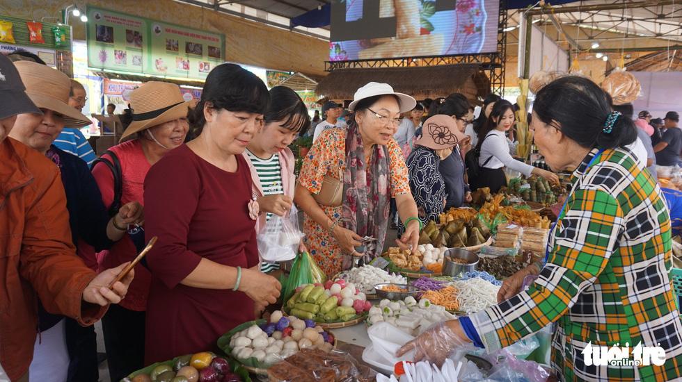 No cái bụng, đã con mắt với hơn 100 loại bánh ở Lễ hội Bánh dân gian Nam Bộ - Ảnh 3.