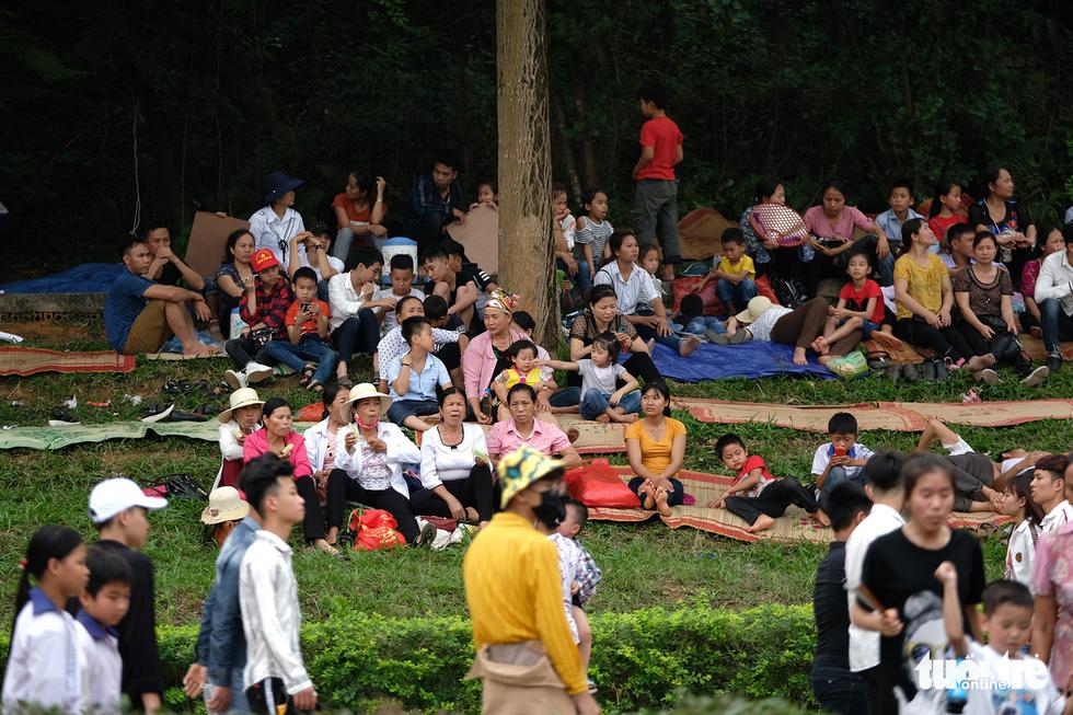 Đền Hùng đang tràn ngập người, ăn mặc không đúng quy định bị chặn lại - Ảnh 6.