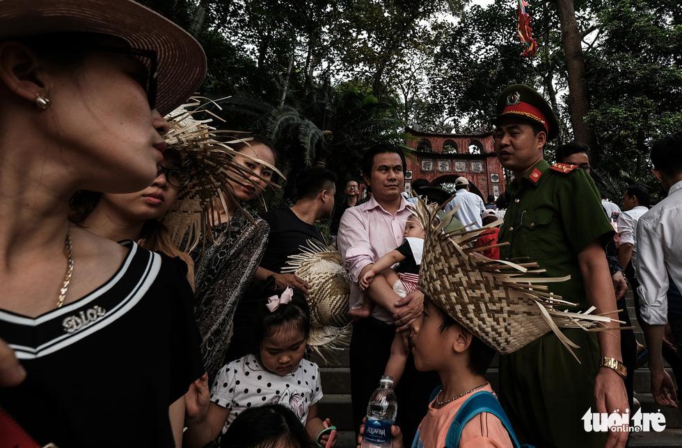 Đền Hùng đang tràn ngập người, ăn mặc không đúng quy định bị chặn lại - Ảnh 5.