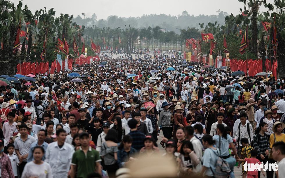 Đền Hùng đang tràn ngập người, ăn mặc không đúng quy định bị chặn lại - Ảnh 1.