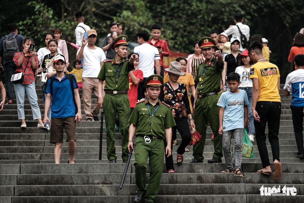 Đền Hùng đang tràn ngập người, ăn mặc không đúng quy định bị chặn lại - Ảnh 7.
