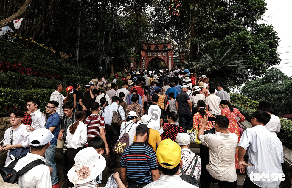Đền Hùng đang tràn ngập người, ăn mặc không đúng quy định bị chặn lại - Ảnh 2.