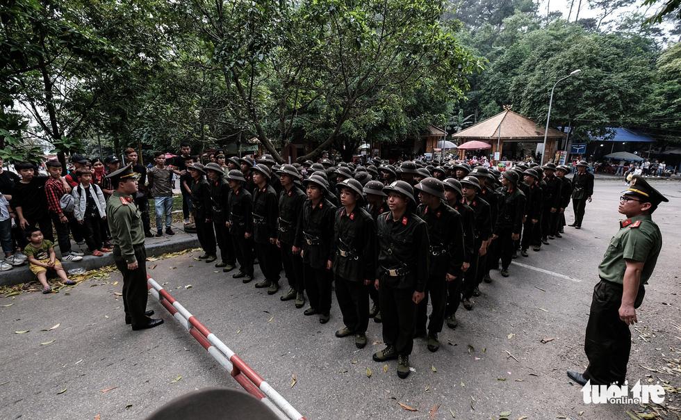 Đền Hùng đang tràn ngập người, ăn mặc không đúng quy định bị chặn lại - Ảnh 8.