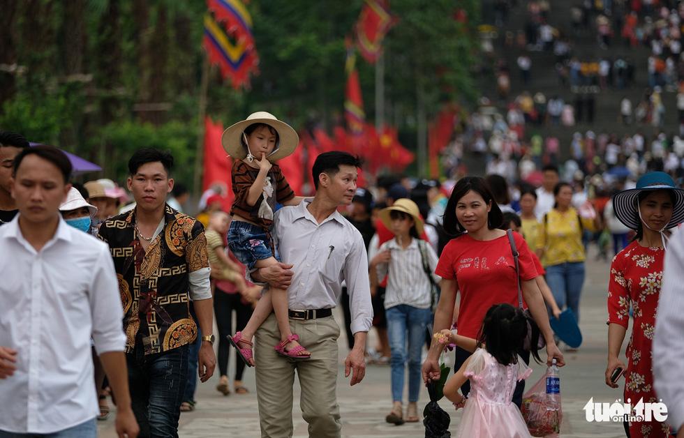 Đền Hùng đang tràn ngập người, ăn mặc không đúng quy định bị chặn lại - Ảnh 4.