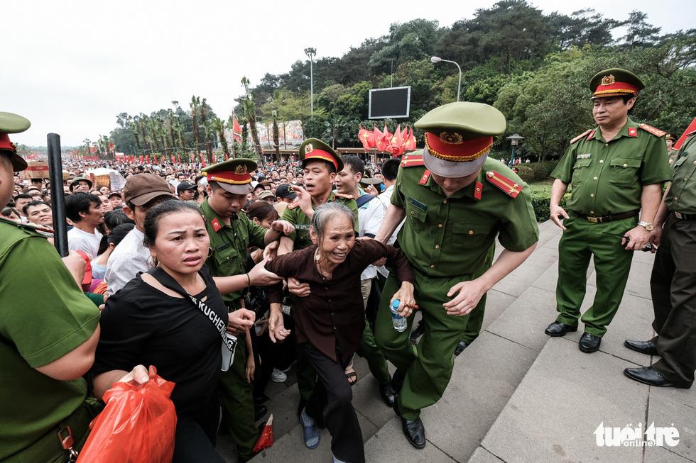 Đông đúc, chen lấn sau lễ dâng hương giỗ Tổ Hùng Vương - Ảnh 16.