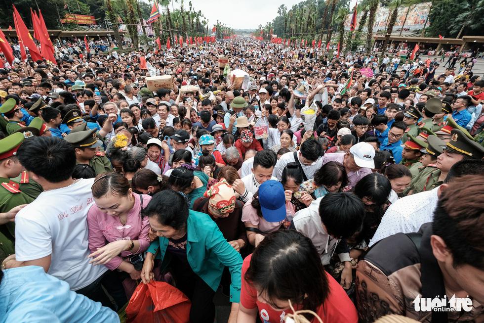Đông đúc, chen lấn sau lễ dâng hương giỗ Tổ Hùng Vương - Ảnh 6.