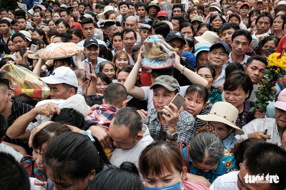 Đông đúc, chen lấn sau lễ dâng hương giỗ Tổ Hùng Vương - Ảnh 5.