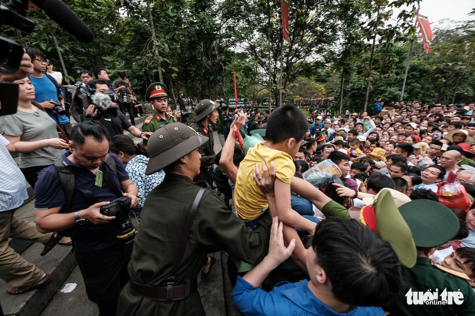 Đông đúc, chen lấn sau lễ dâng hương giỗ Tổ Hùng Vương - Ảnh 14.