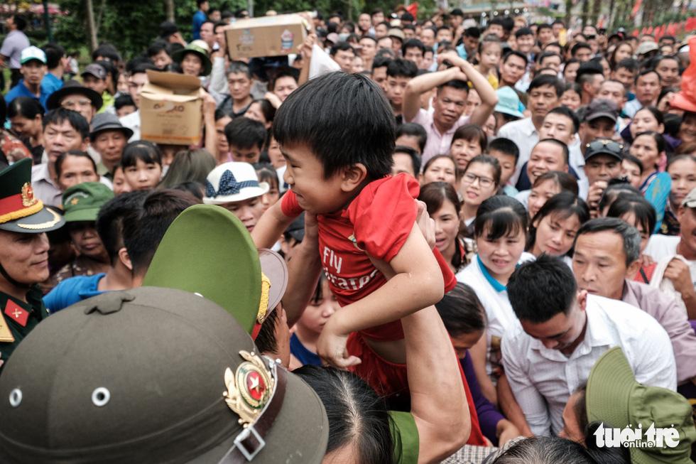 Đông đúc, chen lấn sau lễ dâng hương giỗ Tổ Hùng Vương - Ảnh 12.