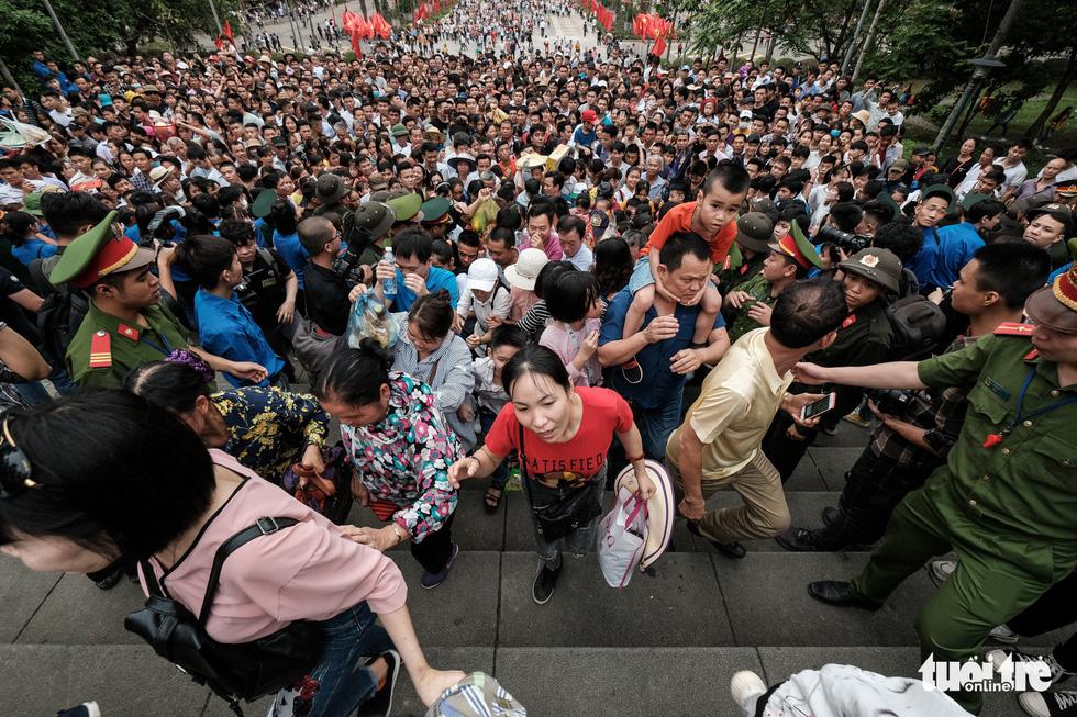 Đông đúc, chen lấn sau lễ dâng hương giỗ Tổ Hùng Vương - Ảnh 9.