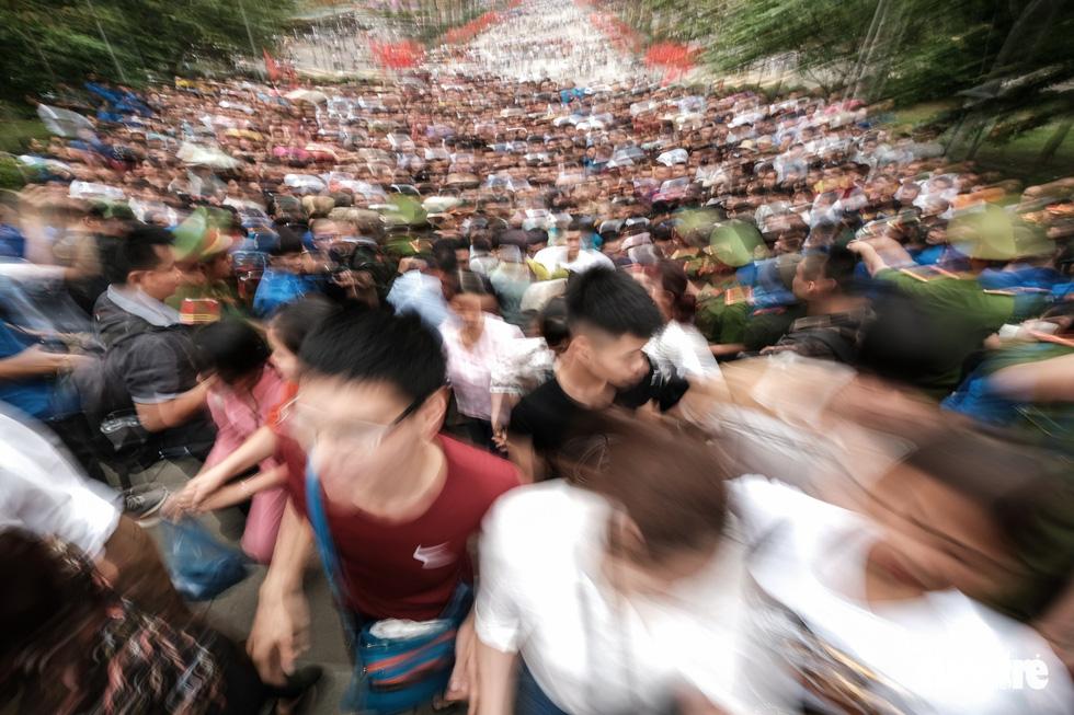Đông đúc, chen lấn sau lễ dâng hương giỗ Tổ Hùng Vương - Ảnh 8.