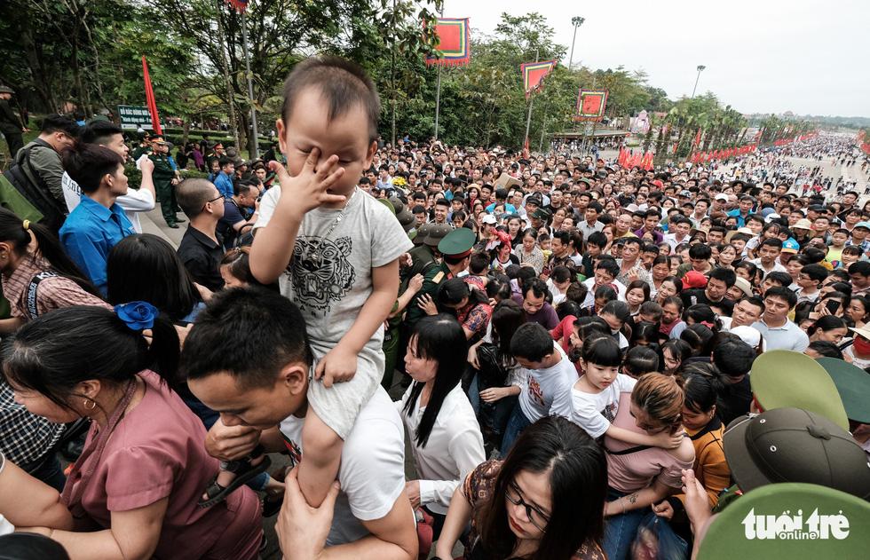 Đông đúc, chen lấn sau lễ dâng hương giỗ Tổ Hùng Vương - Ảnh 19.