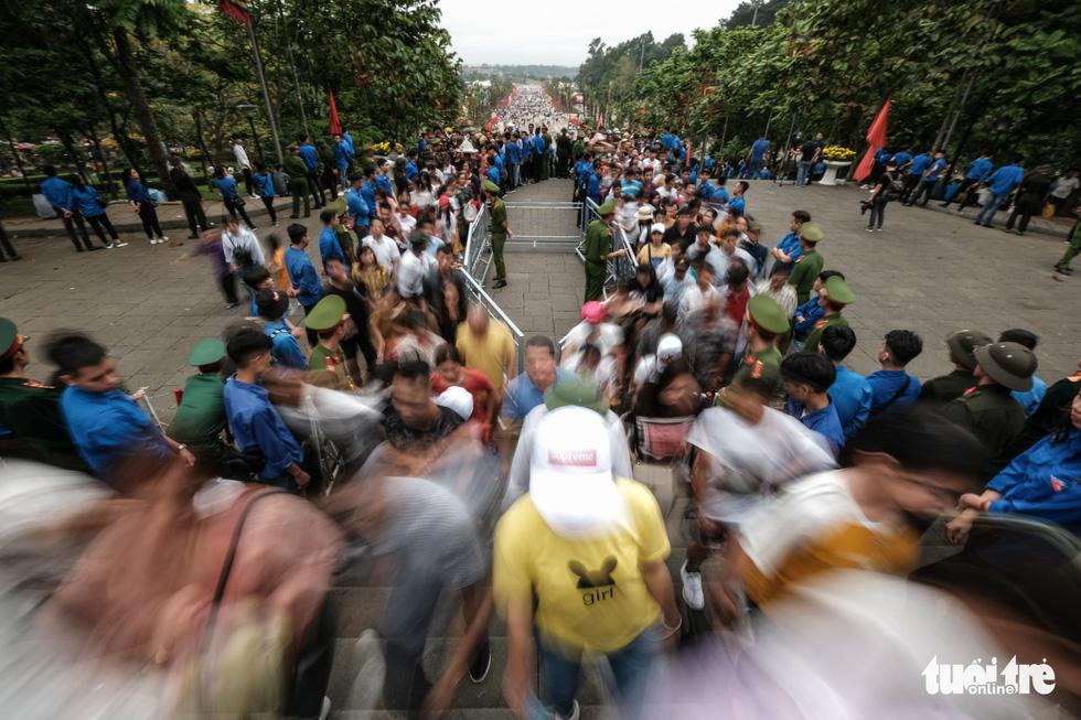 Đông đúc, chen lấn sau lễ dâng hương giỗ Tổ Hùng Vương - Ảnh 22.