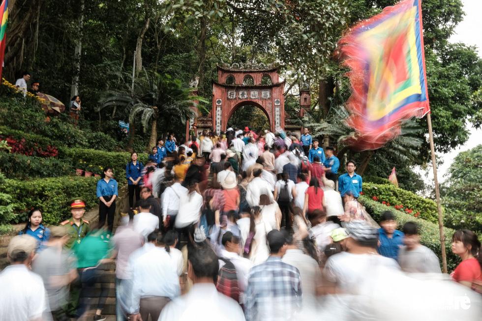 Đông đúc, chen lấn sau lễ dâng hương giỗ Tổ Hùng Vương - Ảnh 23.