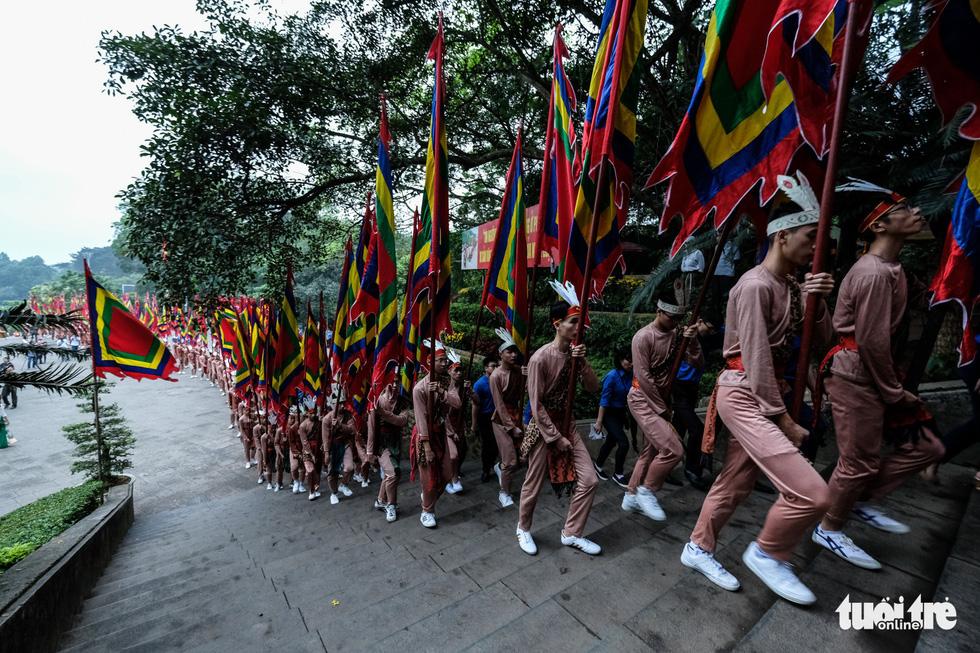 Đông đúc, chen lấn sau lễ dâng hương giỗ Tổ Hùng Vương - Ảnh 3.