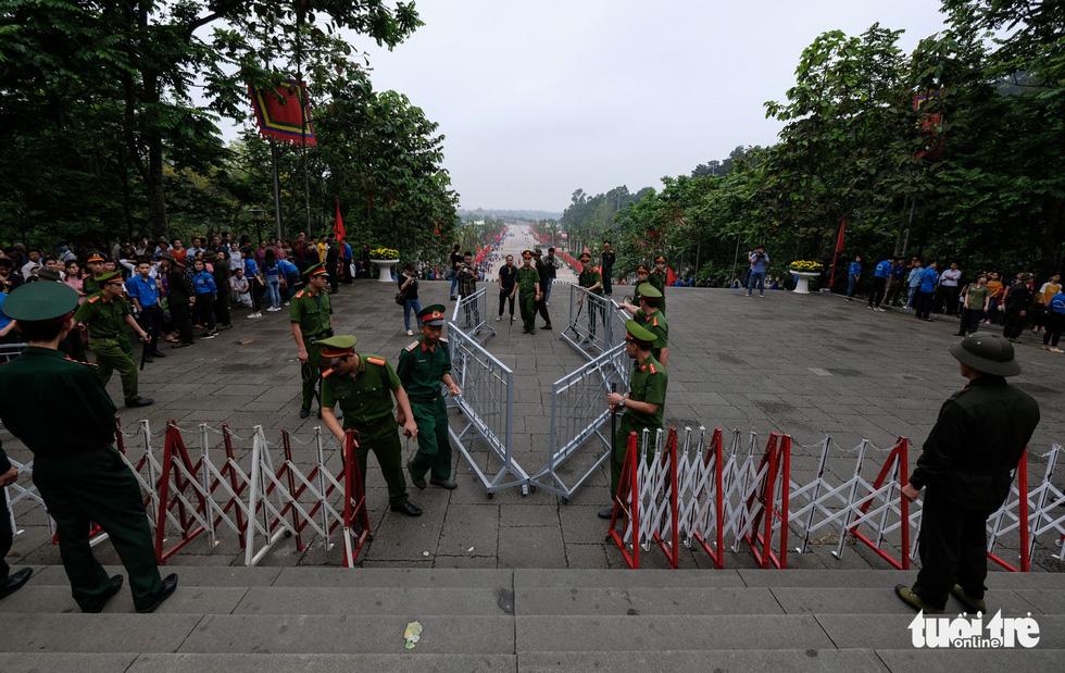 Đông đúc, chen lấn sau lễ dâng hương giỗ Tổ Hùng Vương - Ảnh 4.