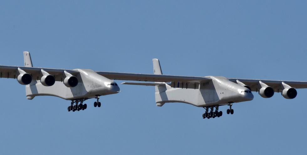 Ngắm chiếc máy bay lớn nhất thế giới trên không trung - Ảnh 1.