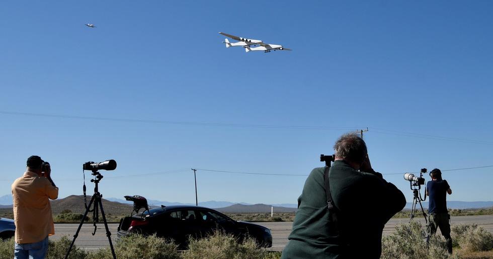 Ngắm chiếc máy bay lớn nhất thế giới trên không trung - Ảnh 4.