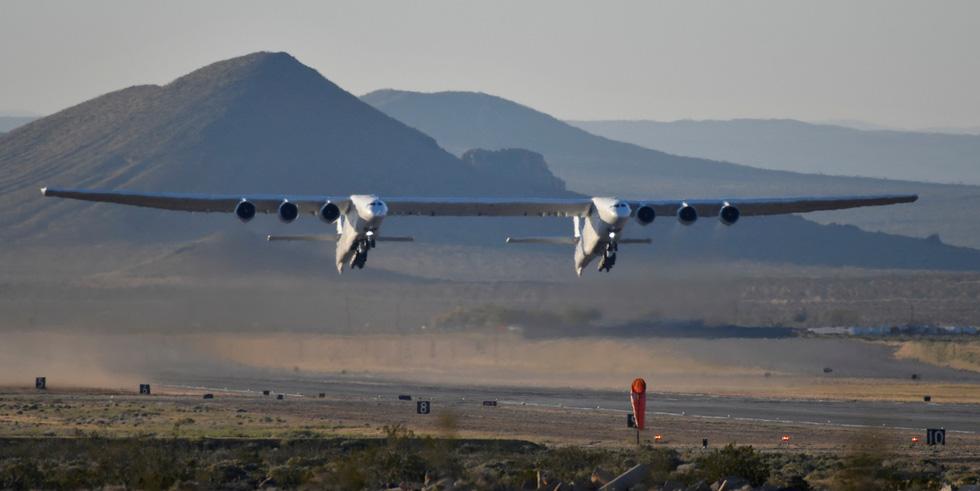 Ngắm chiếc máy bay lớn nhất thế giới trên không trung - Ảnh 3.