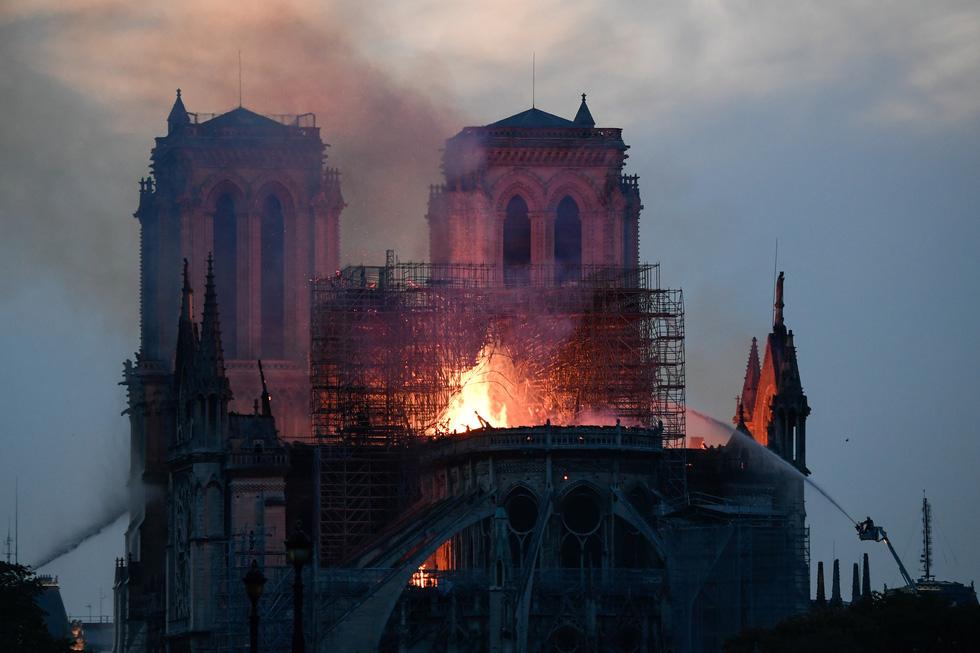 Hút nước sông Seine dập lửa Nhà thờ Đức Bà Paris - Ảnh 1.