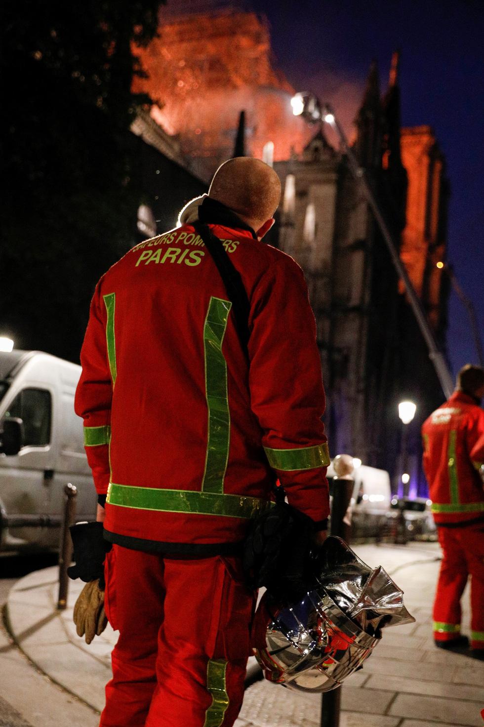 Hút nước sông Seine dập lửa Nhà thờ Đức Bà Paris - Ảnh 12.