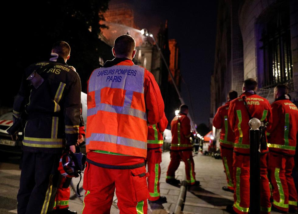 Hút nước sông Seine dập lửa Nhà thờ Đức Bà Paris - Ảnh 13.