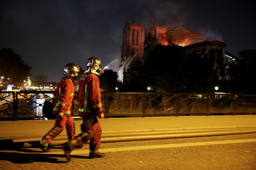 Hút nước sông Seine dập lửa Nhà thờ Đức Bà Paris - Ảnh 4.