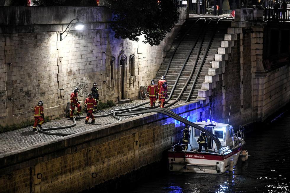 Hút nước sông Seine dập lửa Nhà thờ Đức Bà Paris - Ảnh 5.