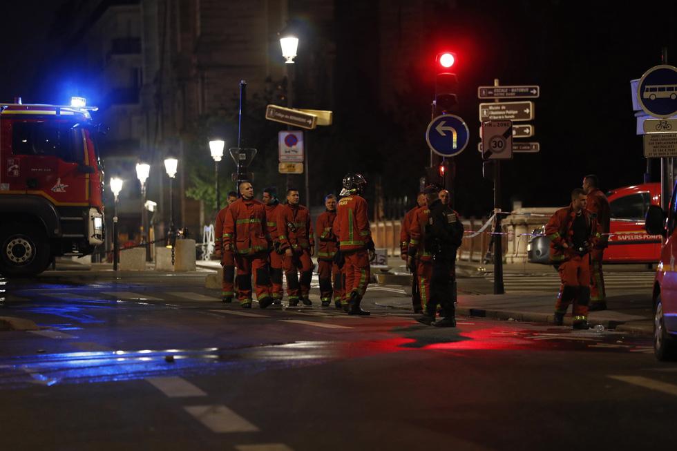 Hút nước sông Seine dập lửa Nhà thờ Đức Bà Paris - Ảnh 8.