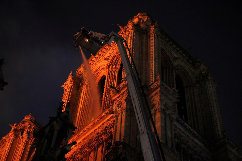 Hút nước sông Seine dập lửa Nhà thờ Đức Bà Paris - Ảnh 7.