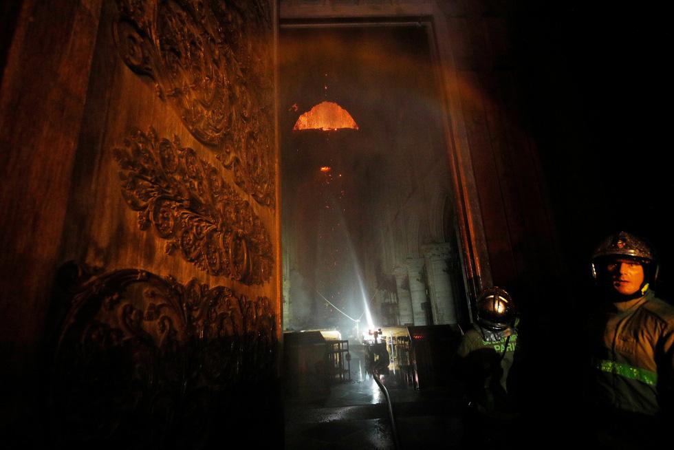 Hút nước sông Seine dập lửa Nhà thờ Đức Bà Paris - Ảnh 10.