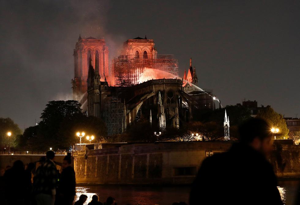Thế giới chấn động trước hình ảnh Nhà thờ Đức Bà Paris bốc cháy - Ảnh 1.