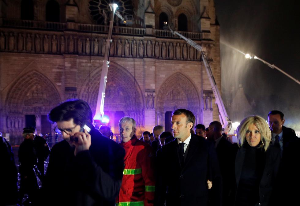Thế giới chấn động trước hình ảnh Nhà thờ Đức Bà Paris bốc cháy - Ảnh 2.