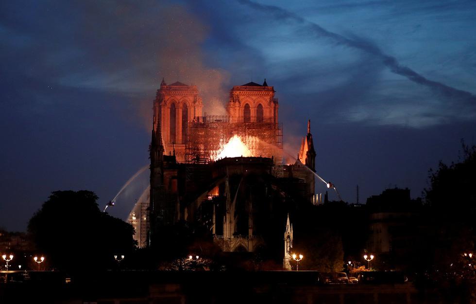 Thế giới chấn động trước hình ảnh Nhà thờ Đức Bà Paris bốc cháy - Ảnh 3.