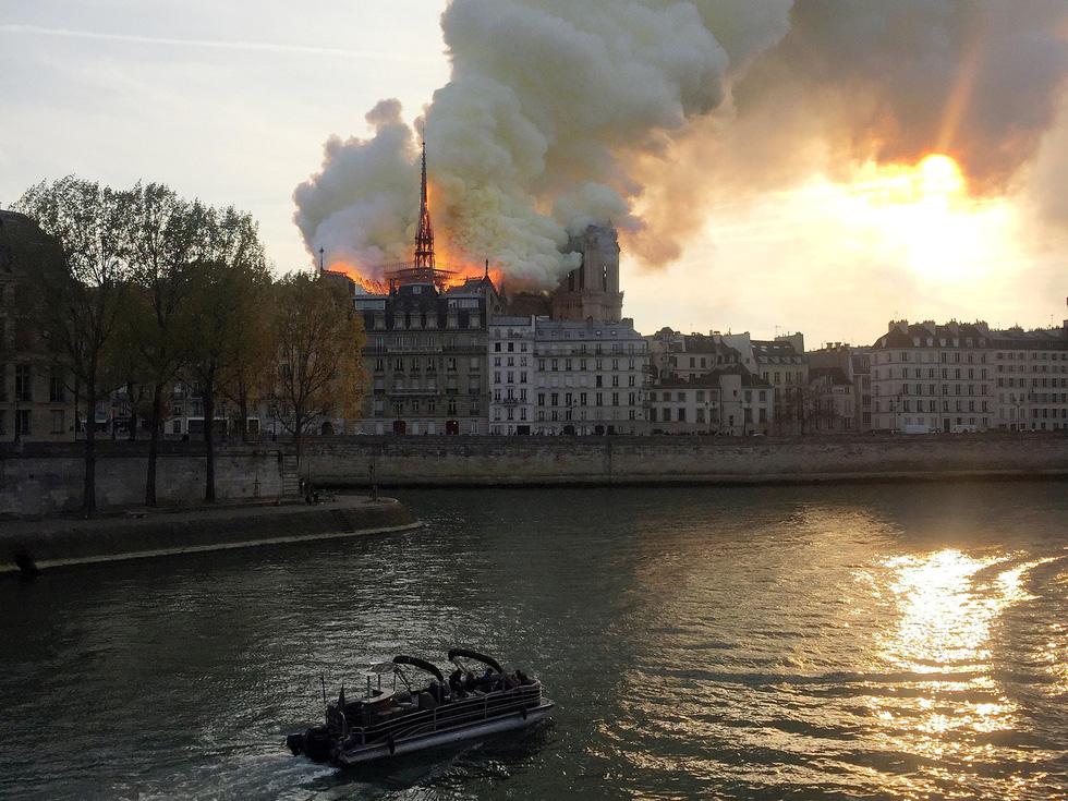 Thế giới chấn động trước hình ảnh Nhà thờ Đức Bà Paris bốc cháy - Ảnh 4.