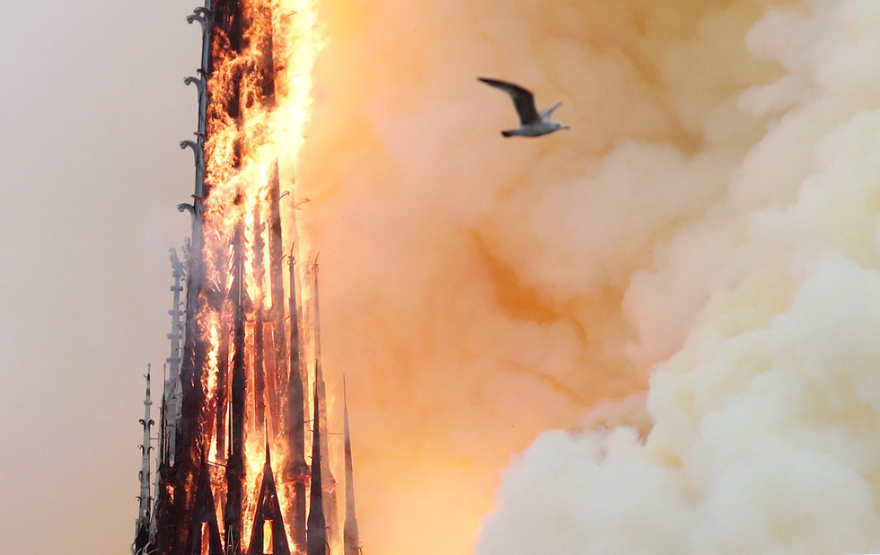 Thế giới chấn động trước hình ảnh Nhà thờ Đức Bà Paris bốc cháy - Ảnh 5.