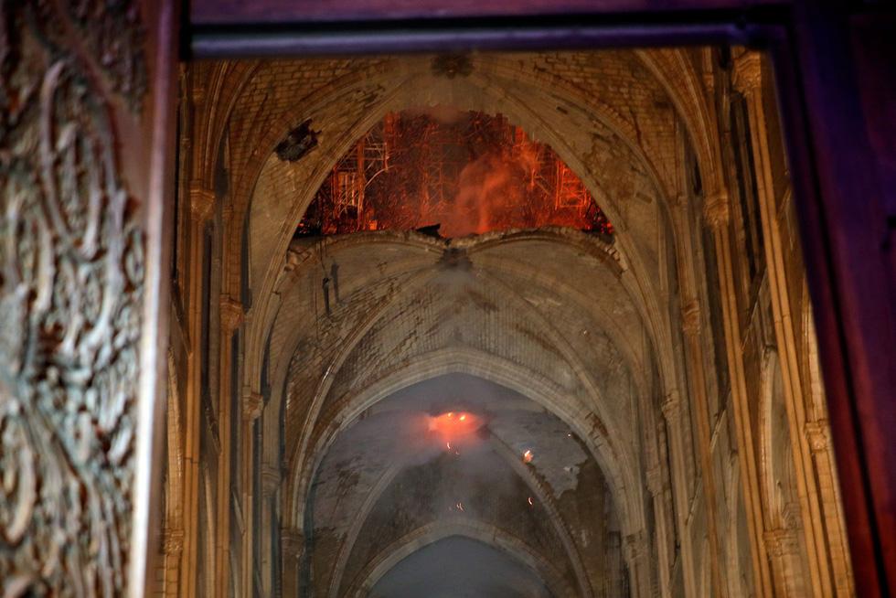 Thế giới chấn động trước hình ảnh Nhà thờ Đức Bà Paris bốc cháy - Ảnh 7.