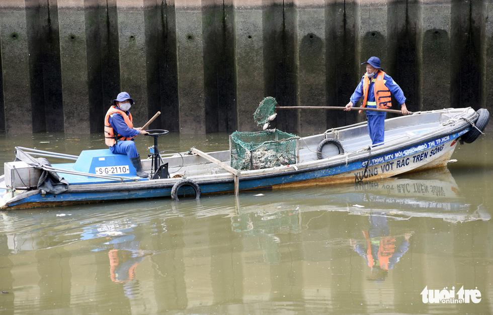 Cá lại chết nổi trên kênh Nhiêu Lộc - Thị Nghè - Ảnh 1.