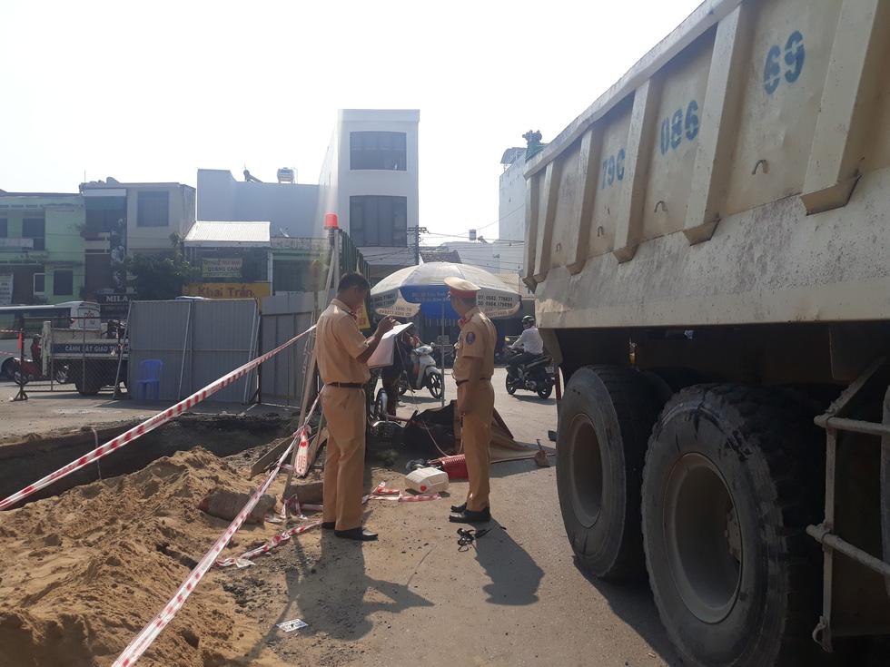 Giao thông lộn xộn vì đào đường, một phụ nữ bị xe ben cán tử vong - Ảnh 2.