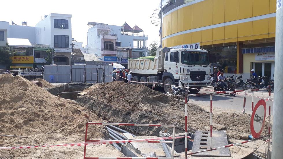 Giao thông lộn xộn vì đào đường, một phụ nữ bị xe ben cán tử vong - Ảnh 3.
