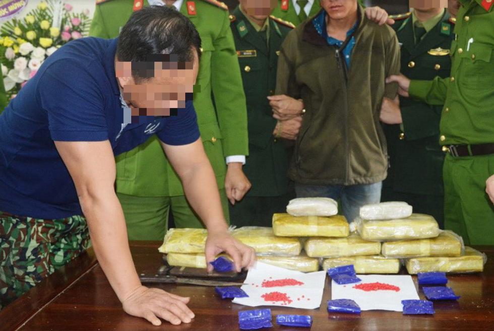 Rùng mình cảnh ma túy đựng trong bao tải, chất thành đống tuồn vào Việt Nam - Ảnh 9.