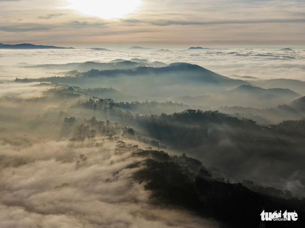 Đà Lạt đẹp kỳ ảo mùa sông mây - Ảnh 2.