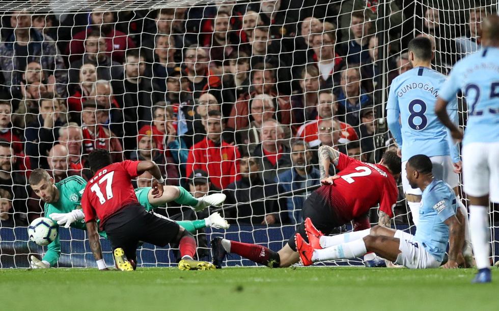 HLV Guardiola nhìn về chức vô địch sau trận derby Manchester - Ảnh 1.